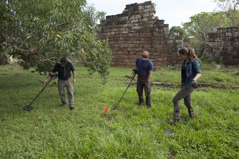 """Keith """"Cappy"""" Plaskett, Mehgan Heaney-Grier, and Jeremy Whalen gridding and metal detecting near the Santa Ana Mission. – Bild: Discovery Channel"""