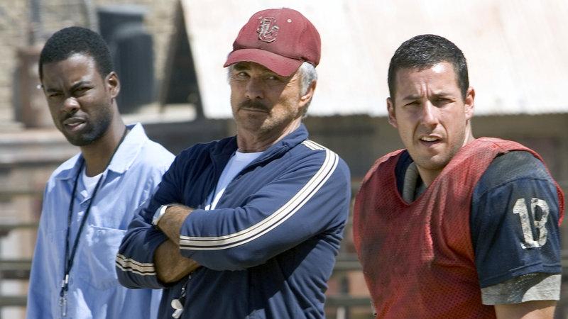 Crewe (Adam Sandler, re.), Nate Scarborough (Burt Reynolds, Mitte) und Caretaker (Chris Rock, li.) coachen im Knast eine Football-Mannschaft – Bild: RTL II