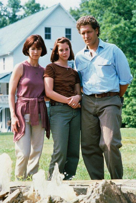 Nach 15 Jahren bricht Rose (Dana Delany, l.) gegenüber ihrem neuen Mann Son (Clancy Brown) und ihrer Tochter Cecilia (Nancy Moore Atchison) endlich ihr Schweigen. – Bild: VOX