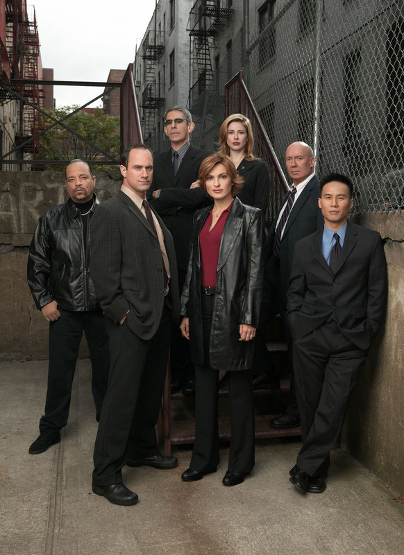 "LAW & ORDER: SPECIAL VICTIMS UNIT -- NBC Series -- Pictured: (clockwise, from left) Ice-T as Odafin ""Fin"" Tutuola, Christopher Meloni as Det. Elliot Stabler, Richard Belzer as Det. John Munch, Diane Neal as A.D.A. Casey Novak, Dann Florek as Capt. Donald Cragen, B.D. Wong as Dr. George Huang, Mariska Hargitay as Det. Olivia Benson -- NBC Photo: Chris Haston -- FOR EDITORIAL USE ONLY -- NOT FOR RESALE/DO NOT ARCHIVE – Bild: Universal Channel"