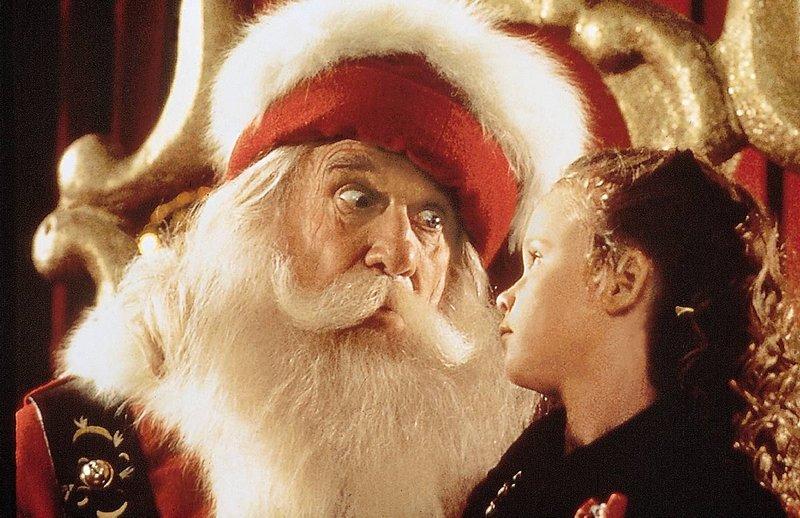 Die siebenjaehrige Hallie (Thora Birch) spricht persoenlich beim Weihnachtsmann im Kaufhaus vor: Bis zum Heiligen Abend soll der Nikolaus (Leslie Nielsen) ihre Eltern wieder miteinander versoehnen... – Bild: Disney Channel