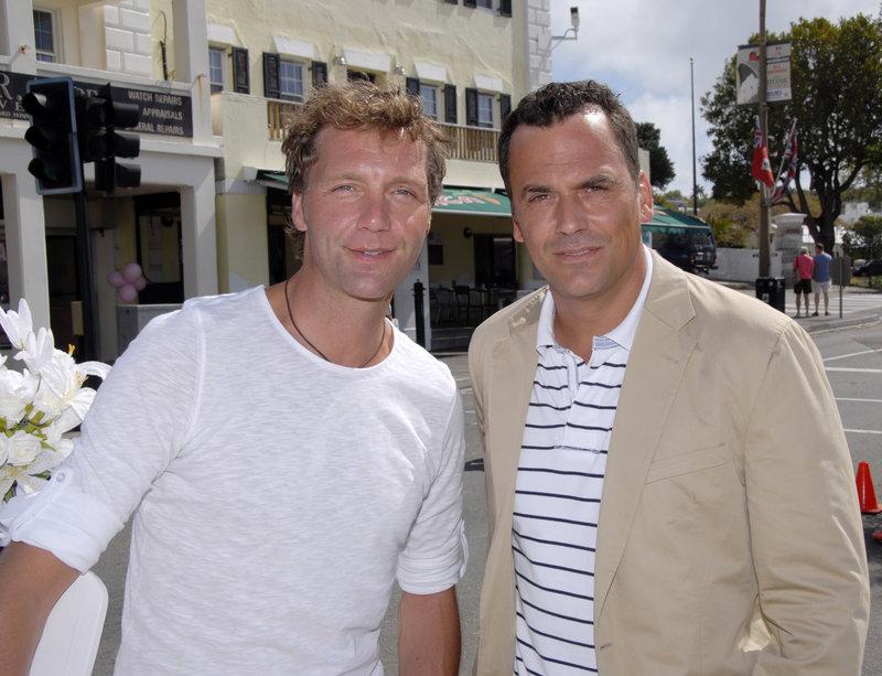 """Patrik Fichte (l.) und Marcus Grüsser (r.) in """"Kreuzfahrt ins Glück - Hochzeitsreise nach Bermuda"""". – Bild: ZDF und Dirk Bartling"""
