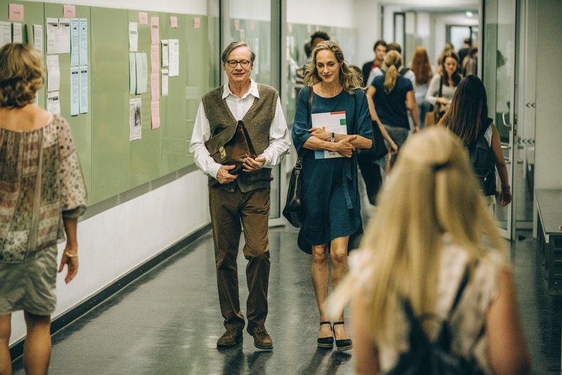 Der Essenseinladung ihres Kollegen Klaus Widermann (Michael Wittenborn) und seiner Frau kommt Eva (Sophie von Kessel) in den stressigen Zeiten nur zu gerne nach. – Bild: ZDF und Hendrik Heiden.