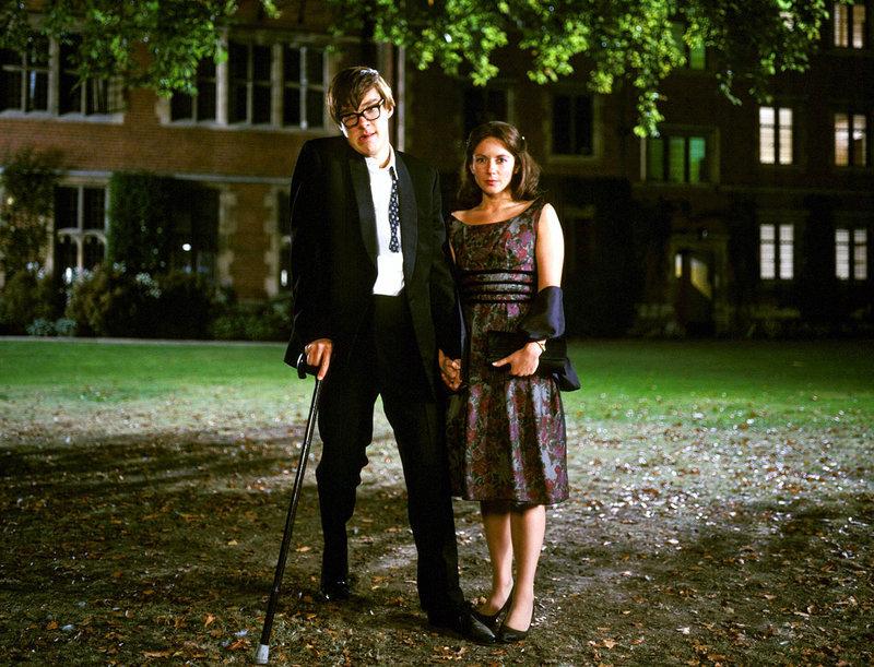 Trotz seiner fortgeschrittenen Krankheit bemüht sich der Cambridge-Student Stephen Hawking (Benedict Cumberbatch) um seine Herzdame Jane Wilde (Lisa Dillon) und lädt sie in die Oper ein. – Bild: MvH - ArtDesign / Barum ; fuer ARTE G.E.I.E.