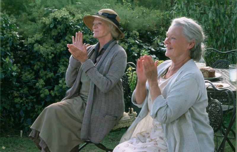 Janet (Maggie Smith, l.) und Ursula (Judi Dench) lauschen begeistert ihrem Gast (nicht im Bild). – Bild: ATV2