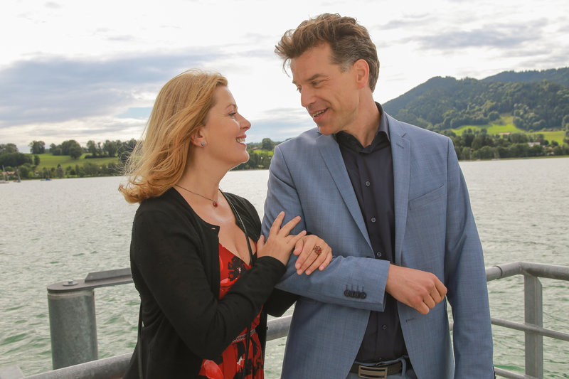 Marie (Karin Thaler, l.) freut sich über das unverhoffte Wiedersehen mit Klaus Rehberger (Johannes Brandrup, r.). – Bild: ZDF und Christian A. Rieger - klick