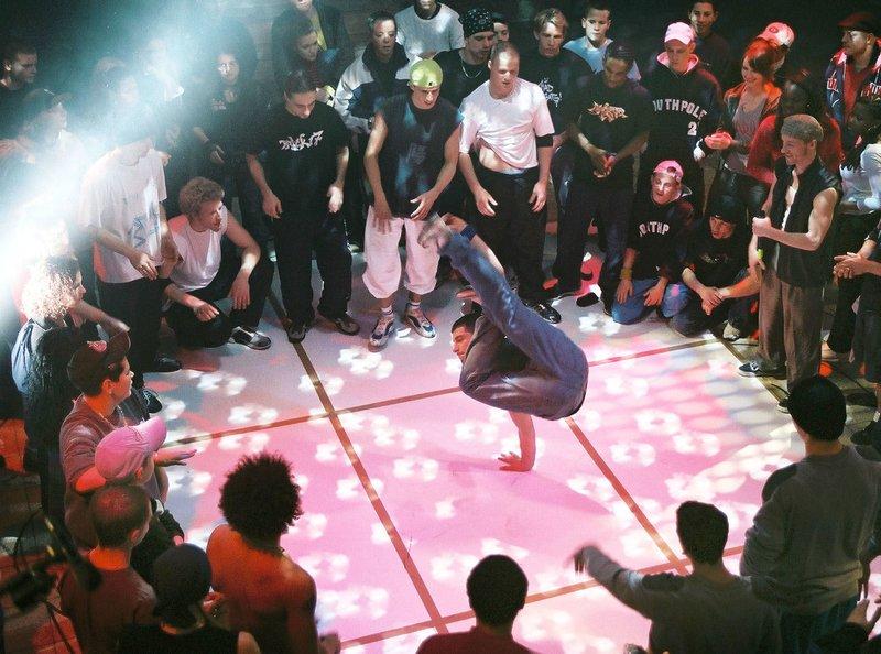 MDR Fernsehen ADIL GEHT, am Dienstag (17.06.14) um 01:05 Uhr. Die Freunde Adil (Ali Biryar) und Idris (Ahmedin Camdzic) sind mit ihren Familien vor dem Bürgerkrieg in Jugoslawien geflohen und leben seit sechs Jahren in Altenburg. Während der Vorbereitungen zum großen Hip-Hop-Tanzwettbewerb erfährt Adil (Bildmitte), dass seine Familie abgeschoben werden soll. Der Film von Esther Gronenborn zeigt den Alltag, Träume und Ängste junger Migranten in Deutschland. – Bild: MDR/RBB/Anne Heinlein