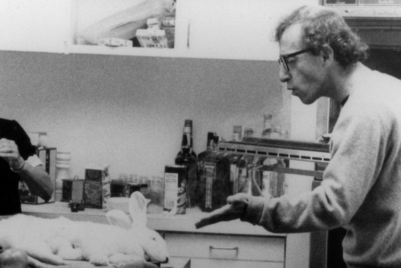 Filmemacher Sandy Bates (Woody Allen) hat nicht nur Probleme in der Küche, auch seine Fans gehen ihm ziemlich auf die Nerven. – Bild: ORF