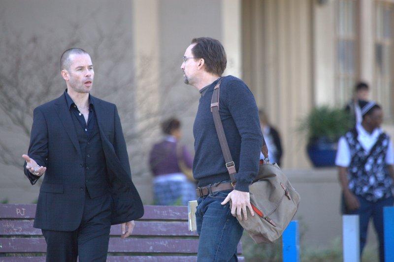 Simon (Guy Pearce, li.) fordert von Will (Nicolas Cage) einen Gefallen ein: Er soll einen Vergewaltiger töten. – Bild: ZDF und Alan Markfield