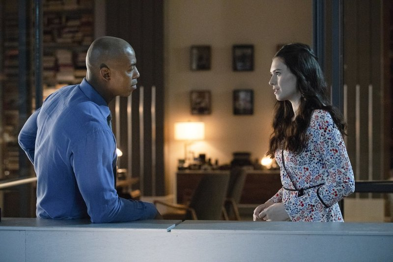 James (Mehcad Brooks, l.); Nia Nal (Nicole Maines, r.) – Bild: 2018 The CW Network, LLC. All Rights Reserved./Jack Rowand Lizenzbild frei