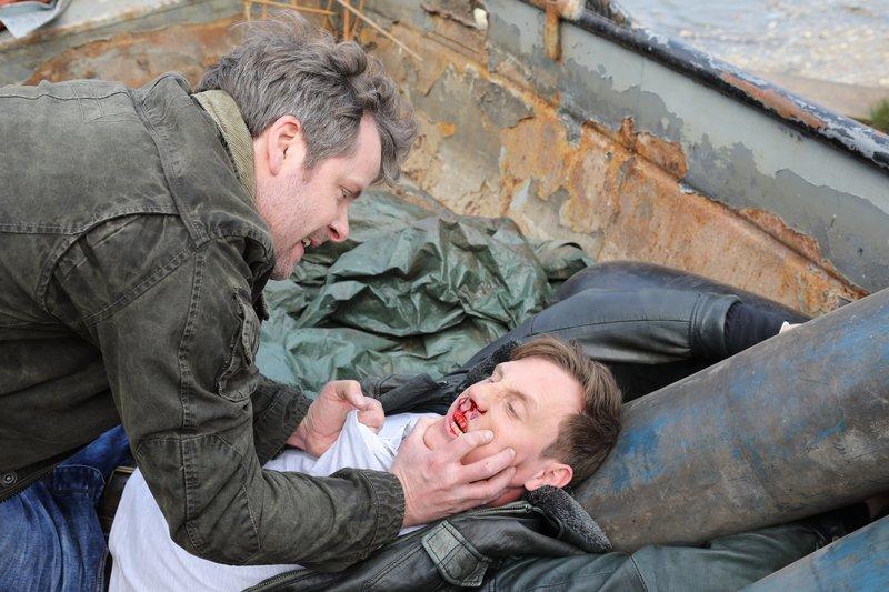 Patrick Diekmann (Nicholas Reinke, l.) ist schlecht auf Edgar Raabe (Patrick Kalupa) zu sprechen. – Bild: ZDF und Frank W. Hempel.
