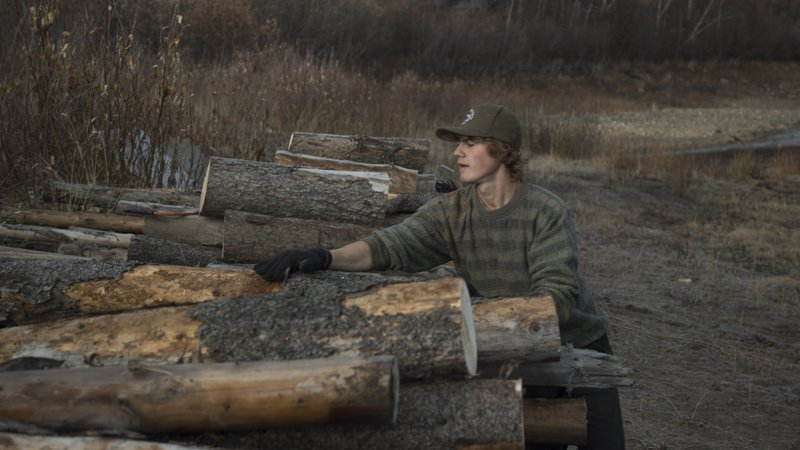 Charlie stacks logs. – Bild: Discovery Channel / Discovery Communications
