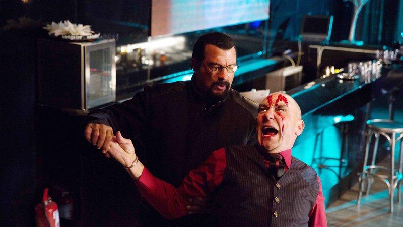 """John Alexander (Steven Seagal, l.) nimmt sich den berüchtigen Anführer eines Menschenhändlerrings, im Untergrund nur bekannt als """"Der Boss"""" (Vinnie Jones), vor... – Bild: MG RTL D"""