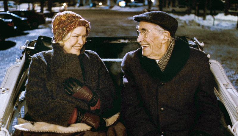 Mary (Ellen Burstyn) und Robert (Martin Landau) freuen sich bei einer gemeinsamen Kutschfahrt. – Bild: WDR/Atlas Film + Medien