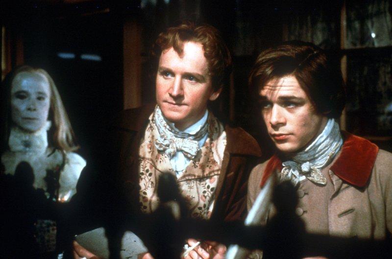 Die drei Geister der Vergangenheit (Joel Grey, li.), der Gegenwart (Desmond Barrit, mi.) und der Zukunft (Darsteller unbek.) nehmen Ebenezer Scrooge mit auf eine Zeitreise. – Bild: Tele 5
