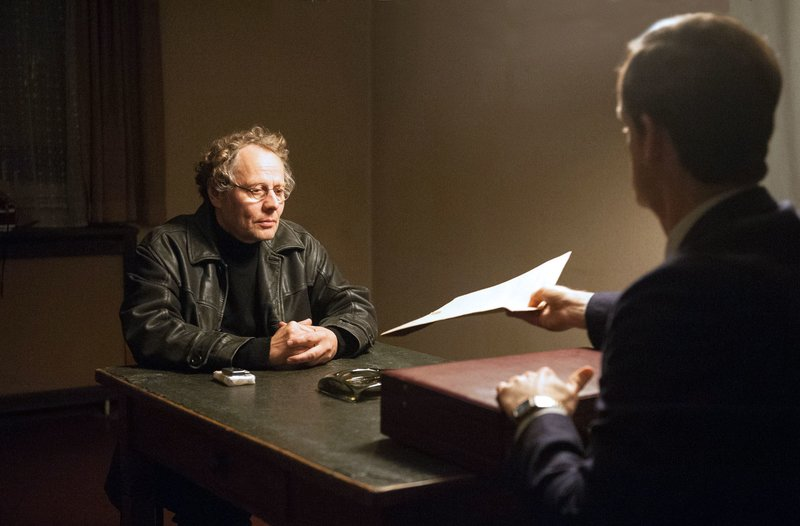 Frank Luchnik (Thomas Bading, l.) berichtet Falk (Jörg Hartmann, r.) von den Gesprächen am Runden Tisch. – Bild: ARD-Programmdirektion