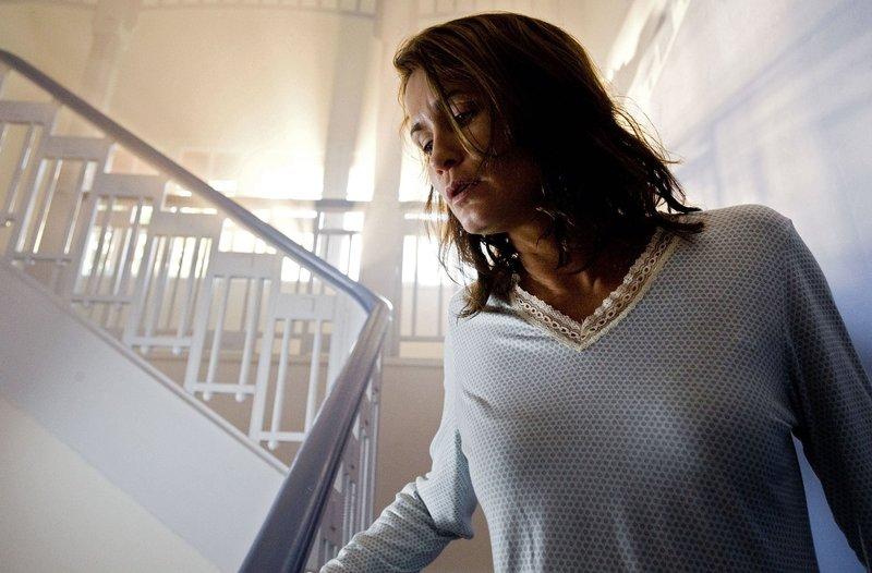 Carola (Anja Kling) schreckt nachts hoch, weil sie Geräusche hört. Sind es ihre Alpträume, die sie nicht schlafen lassen, oder ist wirklich jemand ins Haus eingedrungen? – Bild: SWR/Gordon Muehle