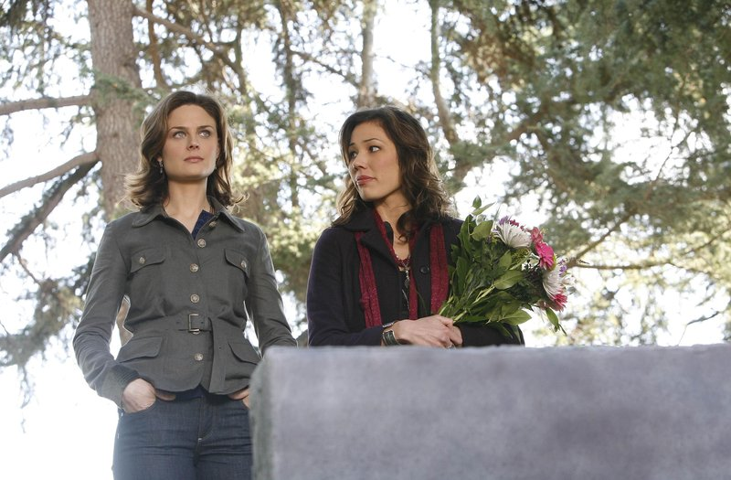 "BONES: Angela (Michaela Conlin, R) helps Brennan (Emily Deschanel, L) deal with memories of her mother in the BONES episode ""The Killer in Concrete"" airing Wednesday, April 4 (8:00-9:00 PM ET/PT) on FOX. ©2007 Fox Broadcasting Co. Cr: Isabella Vosmikova/FOX323 – Bild: 4+"
