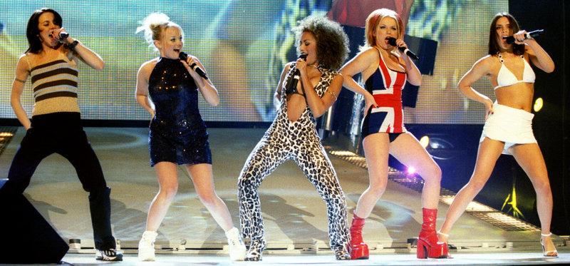 """Die englische Gruppe """"Spice Girls"""" mit Plateau-Schuhen, die in den 90er Jahren angesagt waren. – Bild: WDR/Reuters"""