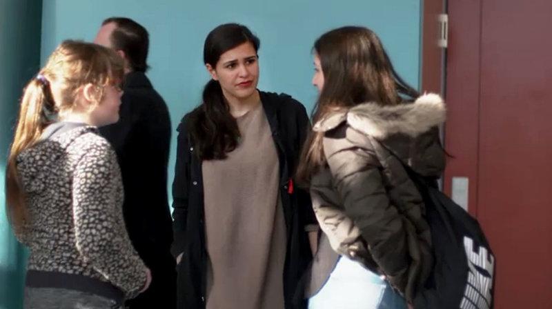 Reporterin Donya Farahani (3.v.l.) arbeitet eine Woche als Lehrerin an der Gesamtschule in Duisburg Marxloh. – Bild: ZDF und WDR