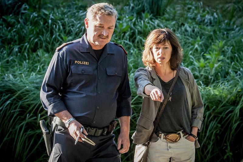 Ein Zeuge wurde ermordet. Was wusste er, fragen sich Nina Pokorny (Julia Cencig) und Kroisleitner (Ferry Öllinger). – Bild: ZDF