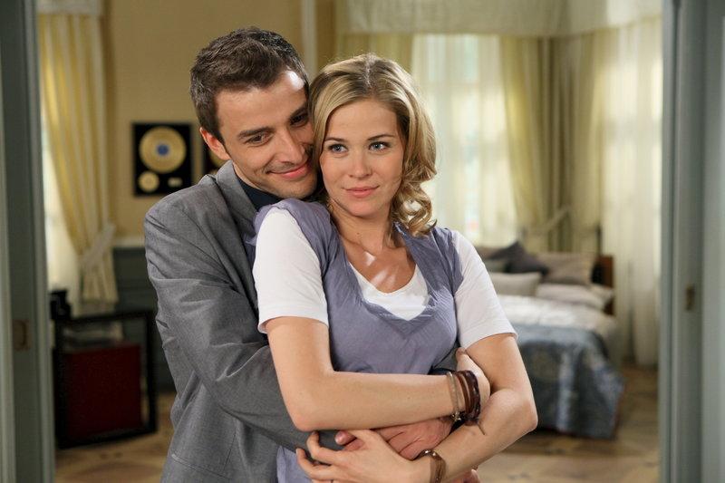 Lena (Jessica Ginkel, r.) und David (Max Alberti, l.) schweben im siebten Himmel. Wird ihr Glück diesmal von Dauer sein? – Bild: ZDF Lizenzbild frei