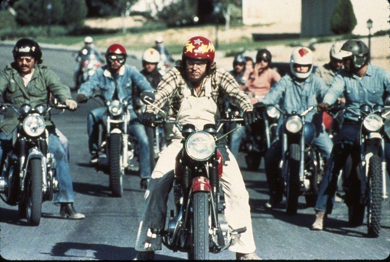 """Unterwegs mit einem Harley Davidson Electra-Motorrad sorgt ein Polizist (Robert Balke) im US-Bundestaat Arizona für Recht und Ordnung - Kult-Kino von Regisseur James William Guercio. Regisseur James William Guercio erzählt die Geschichte eines Straßen-Cop, der mit seiner Harley Davidson Electra im US-Staat Arizona als Gesetzeshüter unterwegs ist. Wie bei seinem Vorbild """"Easy Rider"""", geht es in dem Biker-Film weniger um die Handlung an sich als vielmehr darum, ein Sittenbild der US-Gesellschaft jener Zeit zu entwerfen. Mit Robert Blake und Billy Green Bush in den Hauptrollen, sowie mehreren Mitgliedern der Jazz-Rock-Band Chicago, für die James William Guercio lange Zeit als Produzent wirkte, ist der Film hervorragend besetzt. Bekannter unter dem Original-Titel """"Electra Glide in Blue"""", ist """"Harley Davidson 334"""" Kult-Kino pur! – Bild: Servus TV"""