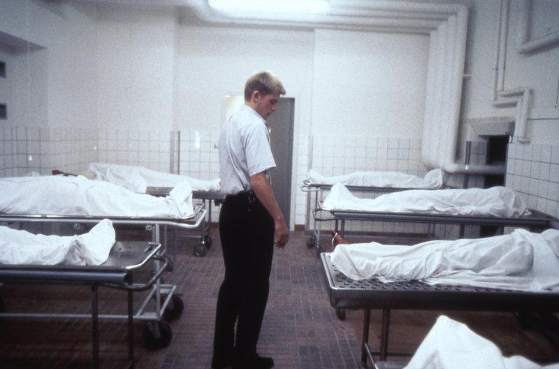 Jens (Nicolaj Coster-Waldau) braucht Geld fürs Studium und übernimmt den Nachtwächterjob in der Pathologie einer Kopenhagener Klinik. Eines Tages liegt plötzlich die Prostituierte Joyce vor ihm, mit der er am Abend vorher Kontakt hatte. Bestialisch ermordet von einem Serienkiller. Inspektor Wörmer (Ulf Pilgaard,l.) aber findet immer mehr Indizien, die auf Jens als Täter hinweisen. – Bild: TL5