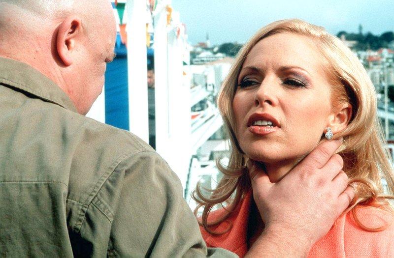 Was hat Mrs. Price (Angela Marie Dotchin) mit der ganzen Sache zu tun? – Bild: RTL Zwei