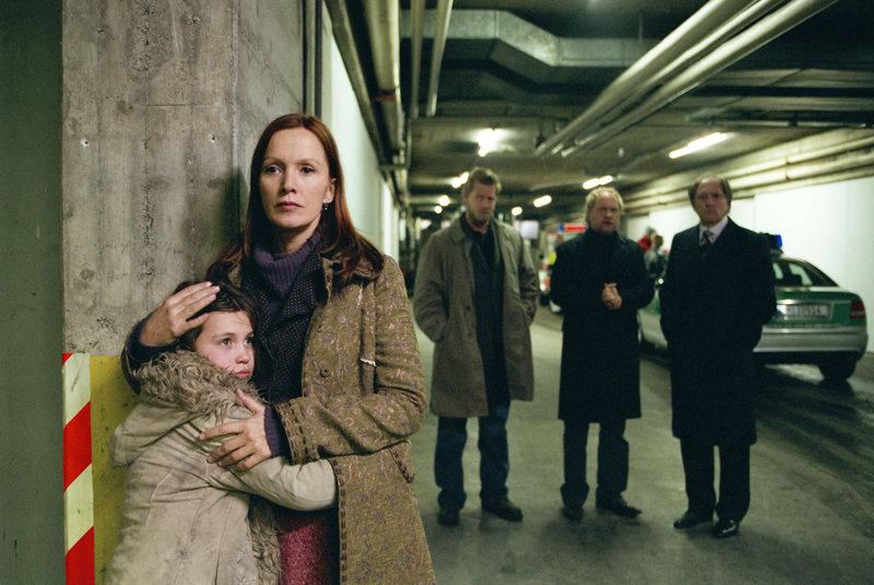 Franziska Luginsland (Katja Flint, m.) schützt das Mädchen Jolanda (Janina Fautz, l.) vor der Polizei und hilft ihm bei der Suche nach seiner Mutter. – Bild: ZDF und Erika Hauri