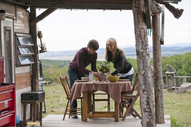 Ty Borden (Graham Wardle, l.); Amy Fleming (Amber Marshall, r.) – Bild: Rescued Horse Season Five Inc. Lizenzbild frei