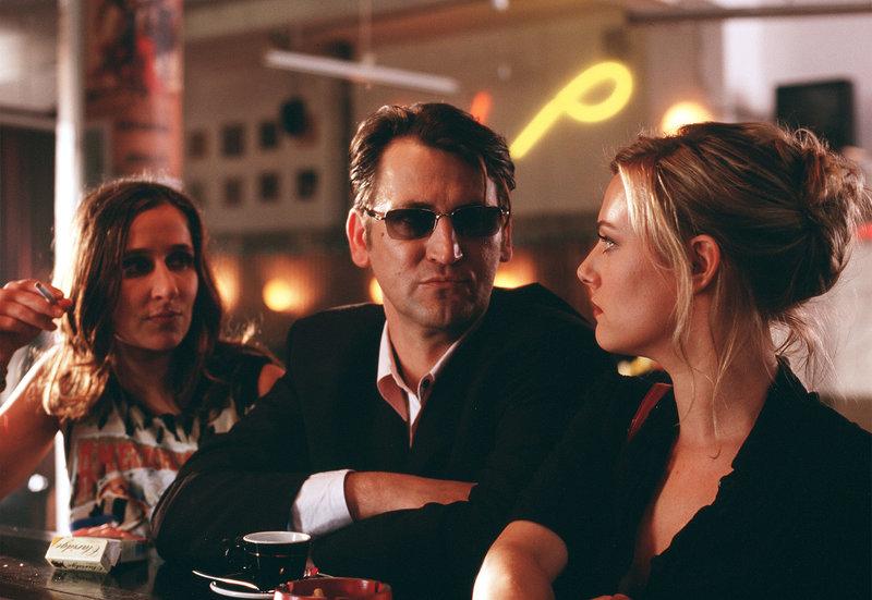 Marie (Eva Hassmann, re.) arbeitet als Lockvogel für Charly (Ingo Naujoks), der sehr ungemütlich werden kann. – Bild: ARD Degeto/Dirk Plamböck