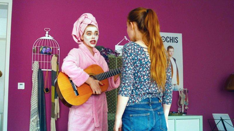 Die tussige Jessy (Milena Tscharntke, li.) erpresst ihre unscheinbare Schwester Bella (Tara Fischer) mit der Gitarre der Mutter..Die tussige Jessy (Milena Tscharntke, li.) erpresst ihre unscheinbare Schwester Bella (Tara Fischer) mit der Gitarre der Mutter.. – Bild: RTL Zwei