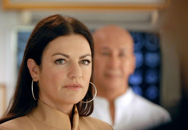 Versicherungsdetektivin Pat Wilson (Christine Neubauer) wird in ein Komplott verstrickt. – Bild: MDR/Degeto/Thanaporn Arkmanon
