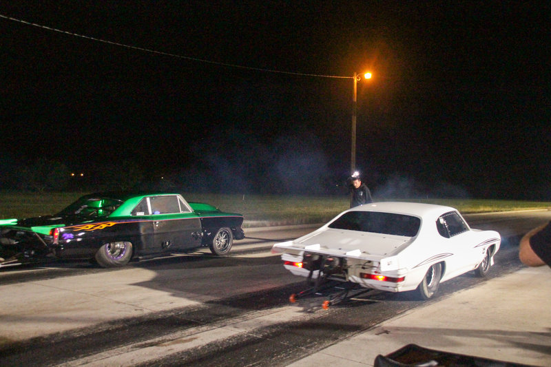 Daddy Dave flags the race between Big Chief's The Crow and Matt Frost's green Nova. – Bild: Discovery Channel / Discovery Communications