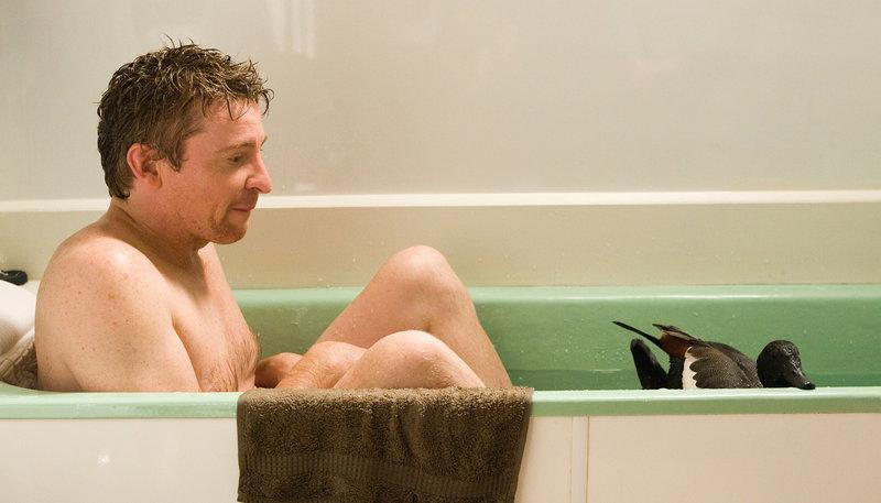 Doug (Rhys Darby) geht mit seiner Ente baden. – Bild: NDR/Degeto