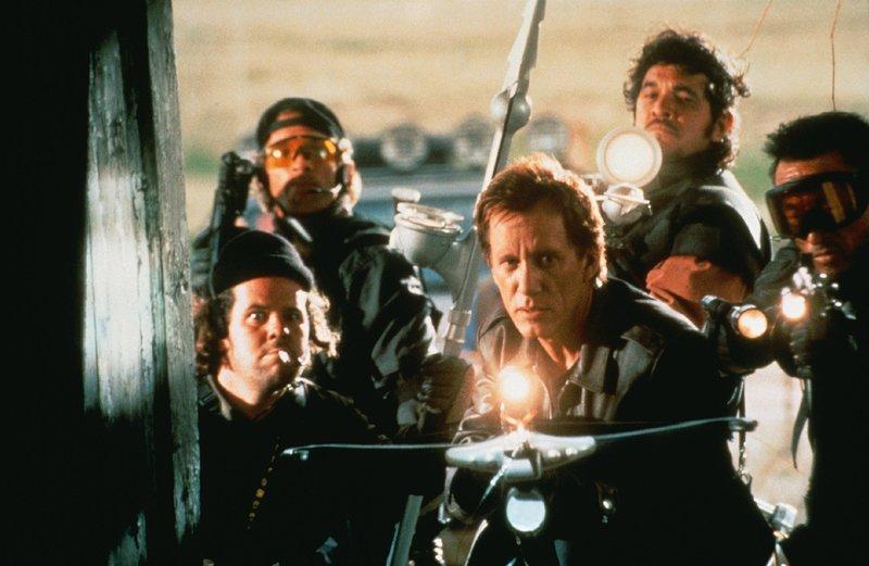 Vampirjäger Jack Crow (James Woods) und seine Mannschaft kennen nur ein Ziel: die Ausrottung der Blutsauger. – Bild: RTL NITRO