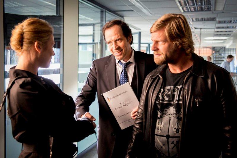 """On right: Michael """"Mick"""" Brisgau (Henning Baum). – Bild: Martin Rottenkolber / Die Verwendung ist nur bei redak / Pro Sieben SAT.1 / © SAT.1"""