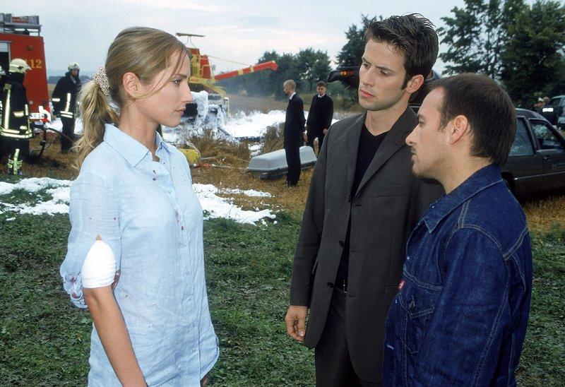 Während der Befragung von Lea (Florentine Lahme) kommt Jan (Christian Oliver, Mi.) und Semir (Erdogan Atalay) ein Geistesblitz... – Bild: RTL Crime