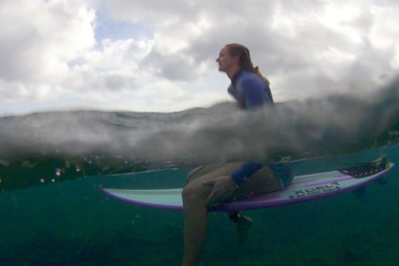 Paige Alms ist Weltmeisterin im Big Wave Surfing. – Bild: arte