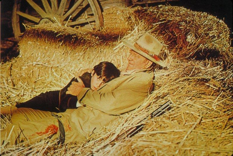 Der kleine Jake sucht Schutz bei seinem Opa Jacob McCandles (John Wayne), dem es gelungen ist, den Jungen aus den Händen der Entführer zu befreien. – Bild: National General Pictures Lizenzbild frei