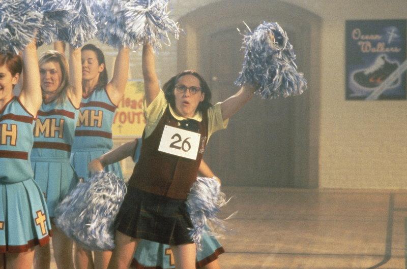 Mary (Molly Shannon, r.) mag kurzsichtig und wenig attraktiv sein, doch auf den Kopf gefallen ist sie nicht: Sie weiß, dass für ein Mädchen jede anständige Showkarriere bei den Cheerleadern beginnt ... – Bild: Paramount Pictures Lizenzbild frei
