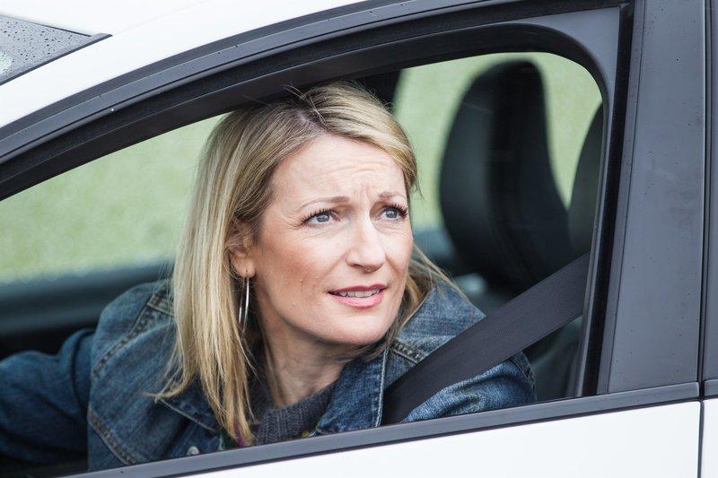 Barbara Hansen (Monika Gruber) ist ebenfalls auf der Suche nach Antworten. – Bild: TMG / Chris Hirschhäuser