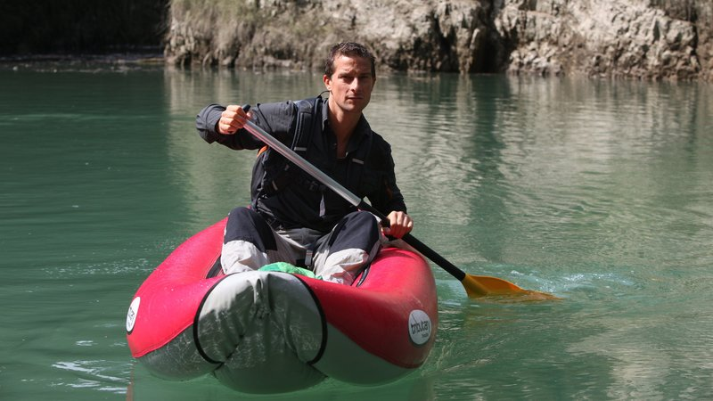 Bear Grylls canoeing on a river in the Dolomites mountains near the village of Dimaro in Northern Italy. – Bild: Marco Di Lauro - 32275_IMG_0387