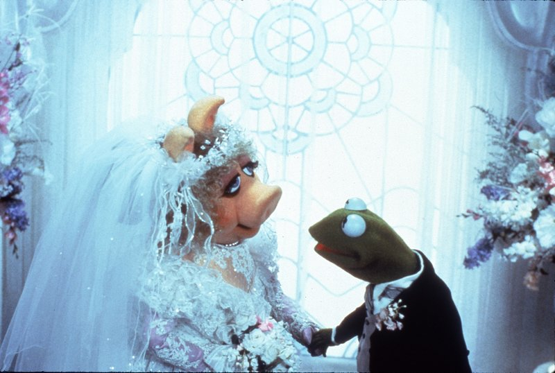 Miss Piggy will ihre große Liebe, Kermit den Frosch, heiraten. – Bild: SUPER RTL/Sony