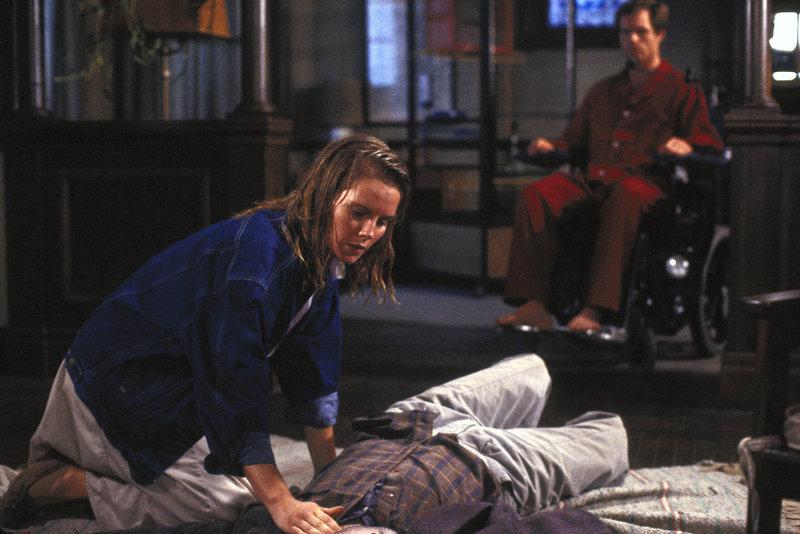 Tiertrainerin Melanie (Kate Mitchell) findet den toten Geoffrey (John Pankow). – Bild: ® TMG