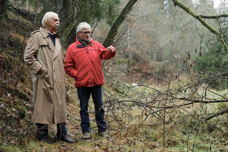 Axel Petermann (l.) und Wolfgang Schu schauen sich den Fundort von Lolita Brieger an. – Bild: ZDF und Ralf Gemmecke.
