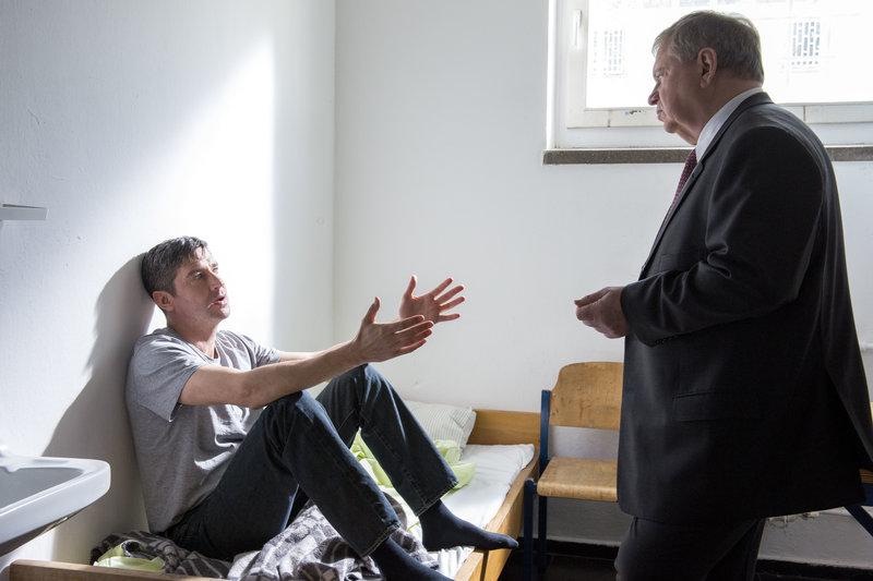 """""""Der Staatsanwalt – Sabrinas letzter Flug"""": Jan Geppert (Oliver Bootz) sitzt auf seinem Bett in der Gefängniszelle. Staatsanwalt Bernd Reuther (Rainer Hunold) spricht mit ihm. – Bild: ZDF und ©Andrea Enderlein"""