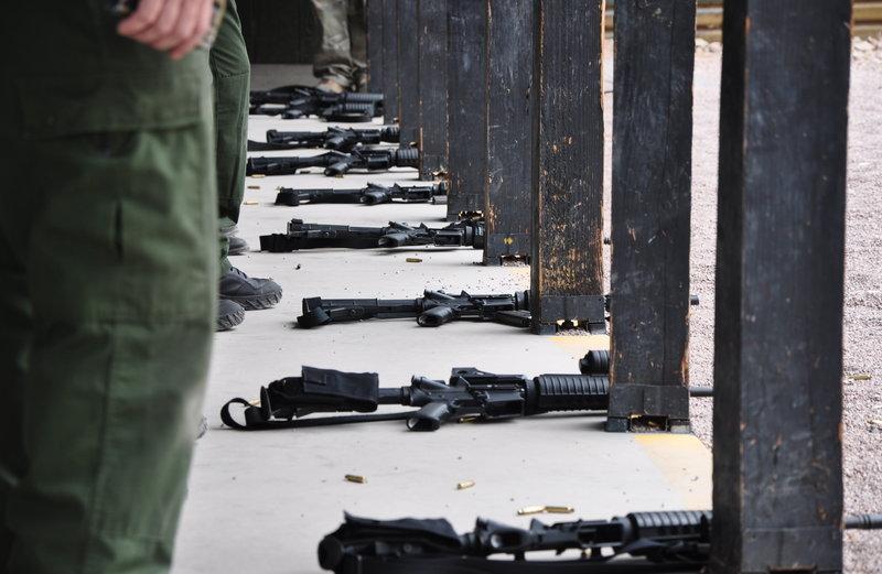 In der heutigen Folge verfolgen die Beamten des Heimatschutzministeriums illegale Einwanderer, die versuchen, die Grenze zwischen den Mexiko und den USA nahe der Stadt Nogales zu überschreiten. Sie ermitteln überdies gegen eine Bande von Betrügern und begeben sich auf die Jagd nach den Mitgliedern eines Verbrecherkartells. Dabei bekommen sie aber nur kleine Fische zu fassen. Denn die eigentlichen Drahtzieher sind nahezu unerreichbar. Erschwert wird die Arbeit der Grenzer auch noch dadurch, dass sie diesmal mitten in der Nacht agieren müssen. Doch dank ihrer High-Tech-Ausrüstung ist vieles möglich. So kreist in sechs Kilometern Höhe ein mit Spezialkameras ausgerüstetes Flugzeug und beobachtet die Grenzregion. – Bild: NGT