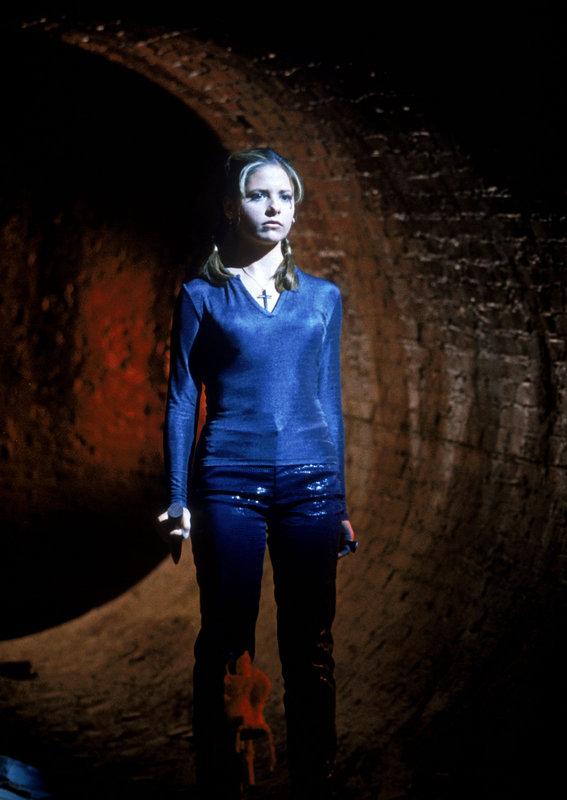 Buffy (Sarah Michelle Gellar) ist auf den Weg in die Unterwelt ... – Bild: sixx